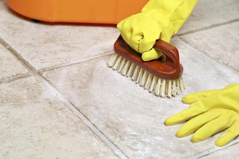 Come pulire le fughe nere dei pavimenti
